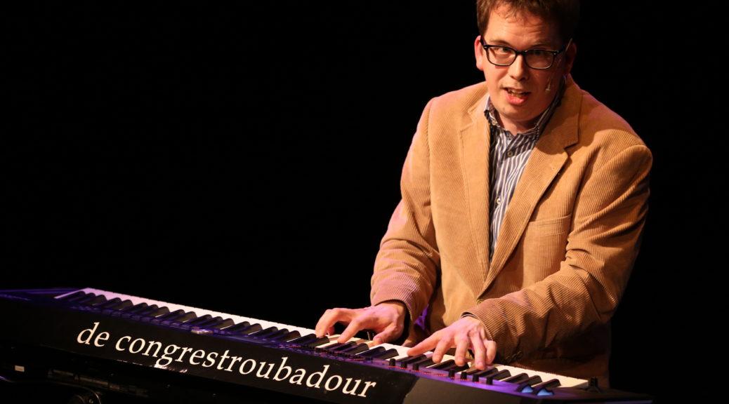 Luciën Greefkes speelt geïmproviseerde muziek. Hij reflecteert in een handomdraai op verhalen, toespraken en discussies. Hij speelt piano, harp, ukelele en meer!